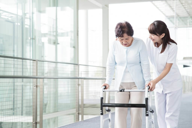 関節リウマチで歩行を楽にする歩行器、ステッキ
