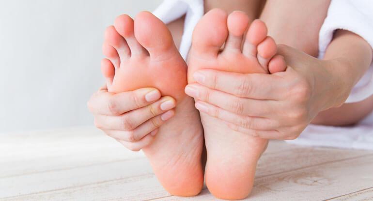 関節リウマチで運動不足の原因にもなる足裏の痛み